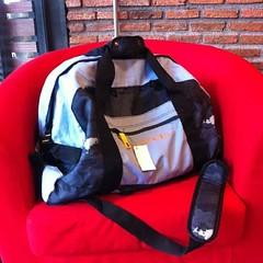 กระเป๋าเดินทาง กระเป๋าสะพายข้าง สไตล์อินเทรนด์แบบเป้ใหม่เทรนด์ฮิพใส่ของได้เยอะมาก พับเป็นกระเป๋าถือใบเล็กได้พกพาสะดวกมากๆ เท่เก๋สุดๆไม่เหมือนใคร รูปทรงสวยใหม่ของจริงสวย ฮิตขายดีมากๆ ทำด้วยPVCพรีเมี่ยมกันน้ำทนทาน เหมาะจะไปเที่ยวหรือไปทำงานก็เหมาะทุกการใช้ง