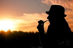 Reflexiones del amanecer (ayohtli) Tags: mujer chica amanecer sombrero pipa