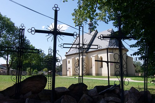 Kościół Świętego Ducha w Bodzentynie przez krzyże