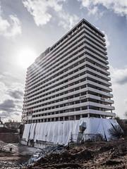 Highrise with miniskirt (lars_uhlig) Tags: 2017 bonn deutschland germany bonncenter demolition abriss sonne sun architecture building