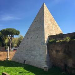 E achamos até uma pirâmide em Roma! Foi construída entre 18 e 12 a.C. e é túmulo de Caio Céstio Epulão, magistrado romano. ️ (jpcamolez) Tags: e achamos até uma pirâmide em roma foi construída entre 18 12 ac é túmulo de caio céstio epulão magistrado romano ️
