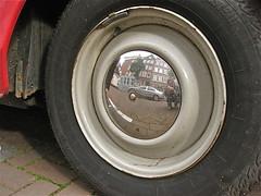 Godess hub-cap (ClassicsOnTheStreet) Tags: detail break ds citron 20 trim 1972 hubcap selfie confort wieldop wheeltrim de7419