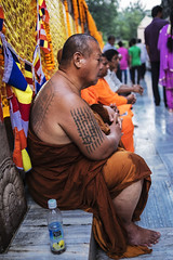 Imborrable (Nebelkuss) Tags: india asia bihar bodhgaia bodhgaya mahabodhi mahabodi monje monk budismo buddhism budista buddhist tatuaje tatoo orange naranja azafrán saffron quierosercomostevemccurry iwannabelikestevemccurry fujixt1 fujinonxf23f14