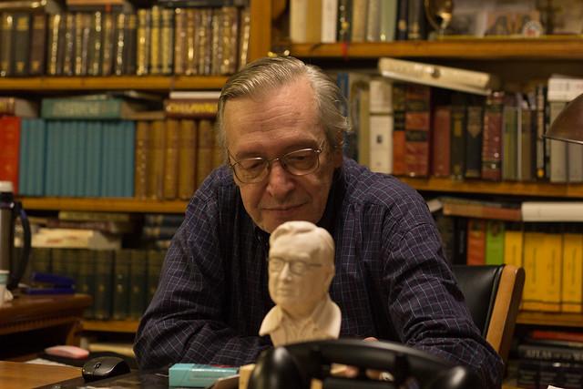 Olavo e o busto - Foto: Mauro Ventura