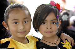 Pequeños soles (Blas Torillo) Tags: puebla méxico mexico niñas girls toddlers mirada gaze look primavera spring amistad friendship sonrisa smile belleza beauty inocencia innocence fotografíaprofesional professionalphotography fotógrafosmexicanos mexicanphotographers nikon d5200 nikond5200