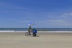 Trabalho na praia 002 (Parchen) Tags: praia foto fotografia carrinho venda imagem sorvete picol registro vendedores sorveteiro empurrando vendedoresdepraia parchen carlosparchen vendedoresnapraia