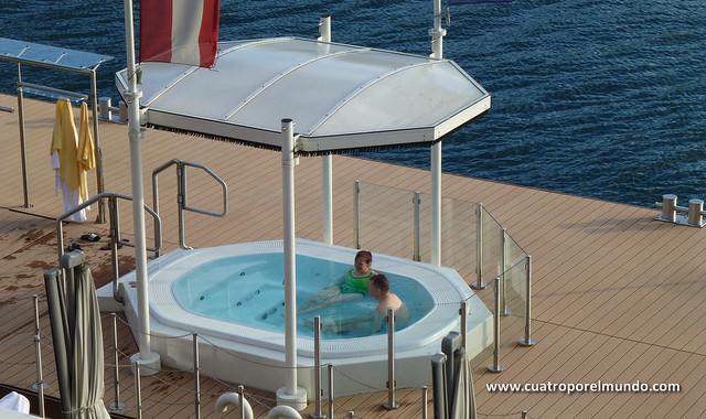 Hotelito con piscina y jacuzzi a la orilla del lago