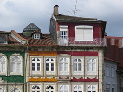 IMG_2156 (marinetteromico) Tags: façade immeuble couleurs portes fenêtres balcons toit guimaraes portugal