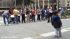 Look, there's music on the street! Olhe, tem música na rua! (VCLS) Tags: brasil brazil vcls valmir valmirclaudinodossantos sãopaulo cidade city cityscape criança children child menina meninas menino girl girls mulher music musica predio building people pessoas arte art artederua urbano urban vida life