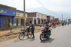 Straatbeeld (Inklaar) Tags: africa street summer bicycle streetphotography rwanda zomer afrika motor fiets straat ouest straatfotografie 2013 rubavu p7700 nikonp7700 inklaar:see=all