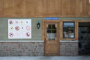 Accès au douches et toilettes du pavillon communautaire à partir du deck de la piscine