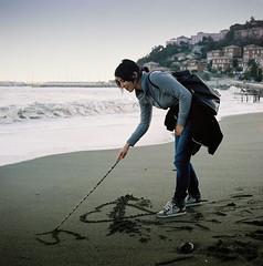 """Ho scritto """"suca"""" sulla spiaggia... ♪ (ZoSo74) Tags: winter sea beach girl zeiss t mare colours colore fuji liguria cm hasselblad genoa genova carl pro 100 500 inverno f28 spiaggia ragazza planar 160 80mm c41 hassy arenzano"""