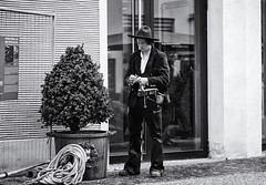 (graveur8x) Tags: street man hat germany candid streetphotography mann freiburg strase