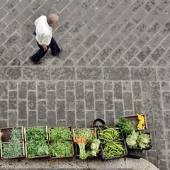 une histoire (archifra -francesco de vincenzi-) Tags: street italy man verduras square uomo minimalismo homme verdure carré molise isernia minimalisme minimalart ortaggi archifraisernia francescodevincenzi photodelavie