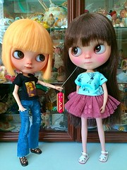 Come on! Let me show you around! (Hitty Evie) Tags: molly viola buganville squeakymonkey fortydollywinks katinkadolly