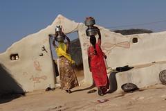 HOME. Rajasthan (Cathy Le Scolan-Quéré Photographies) Tags: desert pots maison thar rajasthan femmes inde