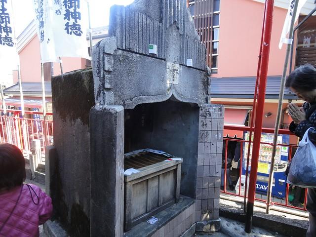 なが~い列のさきには、こんな小さな参拝所が。|千代保稲荷神社