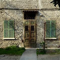 nel cortile (archifra -francesco de vincenzi-) Tags: door italy verde square puerta finestra persiana porte minimalism minimalismo ravenna carré portone cortile minimalisme minimalart archifraisernia francescodevincenzi