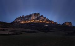 Dolomitas a la riojana (Rafael Díez) Tags: españa larioja cellorigo paisaje amanecer luces panorámica rafaeldíez rocas pueblo sunrise
