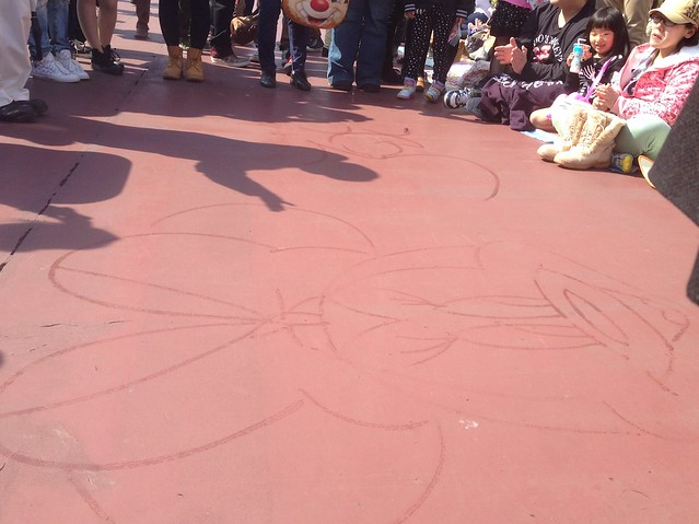 パレードの場所とりしてる人達の前で、キャストが絵を描いてま。|東京ディズニーランド
