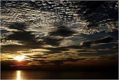 Couverture nuageuse au-dessus de la Méditerranée (bleumarie) Tags: saintemarie mer méditerranée plage littoral leverdesoleil soleillevant aube aurore tôt nuage couverturenuageuse soleil matin matinal été vacances bleumarie mariebousquet bleu orange couleur eau levant pointdujour pyrénéesorientales catalogne suddelafrance roussillon