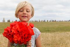 Flowers (Anders Sellin) Tags: flowers portrait girl holding sweden blomma sverige blommor ales semester alesstenar sommar kor flicka stenar portrtt vallmo hller bukett kseberga
