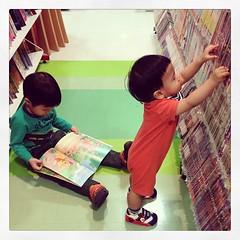 #little #librarian and #bigbro #bookworm #หน่วยจัดเก็บ #กับหนุ่ม #นักอ่าน #ดูรูป #เพลินเพลิน #poonpann