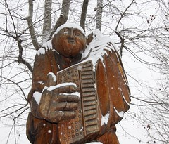 Mme quand il neige l'accordoniste continue de jouer ! (Although it keeps snowing the accordion player keeps playing ) (Larch) Tags: wood italy snow statue snowflakes italia accordion neige italie bois flocons autofocus accordon aoste accordionplayer valdaoste thegalaxy accordoniste valledaoste mygearandme mygearandmepremium ringexcellence photographyforrecreation rememberthatmomentlevel1