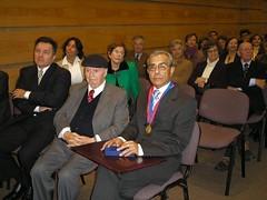 Luego de haber recibido el Pergamino y la condecoración que lo reconocen como Ciudadano Ilustre de Valparaíso, sentado junto a los escritores D. Volodia Teitelboim y D. Roberto Ampuero. Martes 18 de 2006.