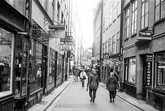 Gamla Stan (Pezti) Tags: street leicam3 leica 35mm film blackandwhite black white gamlastan stockholm peturgeirkristjansson leica35mmf2leitzsummicron kodaktmax400