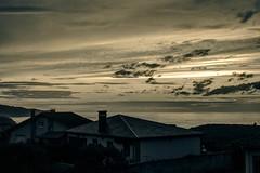 Atardecer bitono (ccc.39) Tags: asturias verdicio gozón mar cantábrico costa playa océano casas contraluz atardecer puestadesol ocaso nubes cielo sunset sea coast sky
