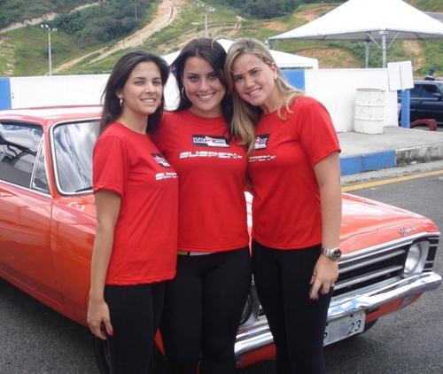 Lindas garotas em frente a um Opala antigo vermelho