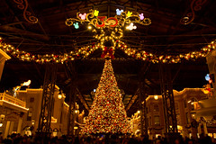Christmas night scene at World Bazaar (dufbone) Tags: nightscene tokyodisneyland worldbazaar thehappinessyear christmasfantasy2013