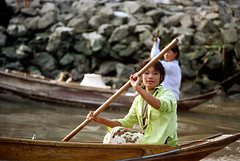 19-352 (ndpa / s. lundeen, archivist) Tags: girls people woman color film water girl hat 35mm thailand boats boat canal women bangkok nick paddle s canals thai oar watersedge 1970s 1972 paddling 19 youngwoman 1973 strawhat klong paddles dewolf youngwomen khlong klongs nickdewolf photographbynickdewolf khlongs reel19