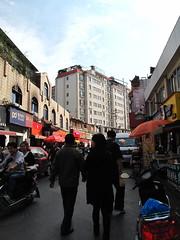 ถนนเส้นเล็กตรงไปประตูมหาวิทยาลัยที่ชอบมาซื้อแผ่นหนัง และซอฟต์แวร์ เปลี่ยนเป็นร้านอาหารเกือบหมด