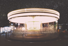 Anglų lietuvių žodynas. Žodis carousal reiškia n 1) puota, lėbavimas, išgertuvės; 2) amer. karuselė lietuviškai.