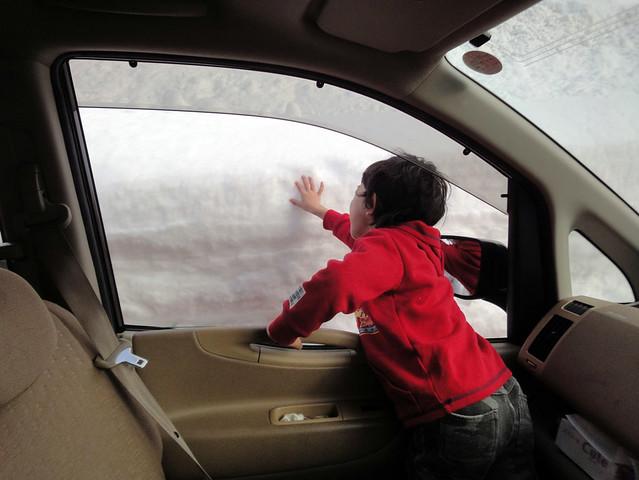 先へ進むとドンドンと雪深くなってきており、道路脇には雪の壁。|