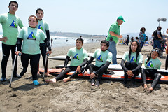 Surf Inclusivo (Teletón) Tags: beach surfing teen surfboard disabled armless crutches amputee noarms legamputee armlesschild doublearmamputee inclusivesurfing rightabovekneeamputee