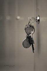 ¿Olvido? (Pablev) Tags: canon keys 50mm bokeh llaves 500d taquillas selectiveconceptualdof