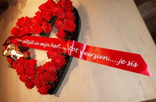 70mm rood rouwlint met wit bedrukt