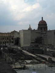 El templo mayor (lunita lu) Tags: centrohistrico mxicodf lassirenas