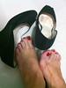 IMG_2072 (aurabordeaux) Tags: feet foot shoes toes nails barefoot pés pé dirtyshoes photostream footfetish pezinhos rednails pezinho dirtyfoot podolatria footworship footqueen