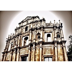 "St.Paul Cathedral ซากประตูโบสถ์เซนต์ปอล หมายถึง ""ฟาซาด"" ด้านหน้าของโบสถ์มาแตร์ เดอี (Church of Mater Dei)  ที่สร้างขึ้นระหว่าง ค.ศ. 1602-1640 façade (ฟาซาด) เป็นภาษาฝรั่งเศษ แปลว่า หน้าร้าน หรือ ด้านหน้าของอาคาร  68 ขั้นบันได ฮวงจุ้ยดีคือ ขั้นที่ 28 จากบน"