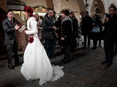 Mais o est le photographe? (Paolo Pizzimenti) Tags: rouge paolo olympus chapeau f18 mariage rue zuiko italie mairie gens pmd visage photographe em1 17mm ravenne pouse m43
