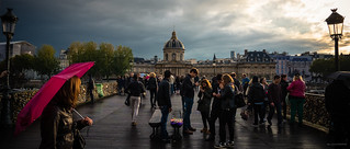 Business sur le Pont des Arts, Paris.