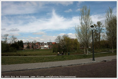 Picknicken op een bankje, met een glaasje wijn (Dit is Suzanne) Tags: park netherlands spring walk nederland eindhoven lente wandeling picknick noordbrabant northbrabant   views100 kleinedommel  canoneos40d img6771  sigma18250mm13563hsm dommelplantsoen ditissuzanne  17042015