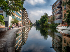 City by the canal (Paco CT) Tags: barca canal construccion construction gente infraestructura infrastructure nonbuildingstructure obracivil people reflejo transporte boat bote reflection transportation london unitedkingdom gbr outdoor pacoct 2017 reflections sky cityscape city
