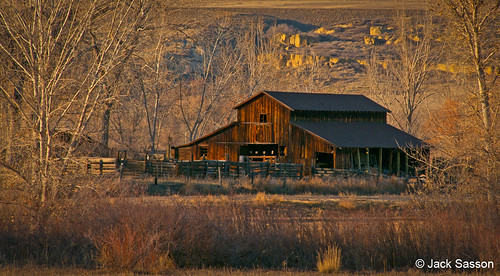 Photo - Historic barn along the White Rocks trail.