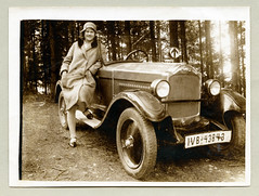 Opel 4/20PS (Raymondx1) Tags: 1920s ladies woman white black classic cars car lady vintage photography photo women automobile foto contax sw motor maryjanes opel maryjaneshoes twenties silkstockings clochehat dollyshoes fahrtrichtungsanzeiger blackwhite opel420ps teupitzsee opel4ps contaxfahrtrichtungsanzeiger contaxindicator