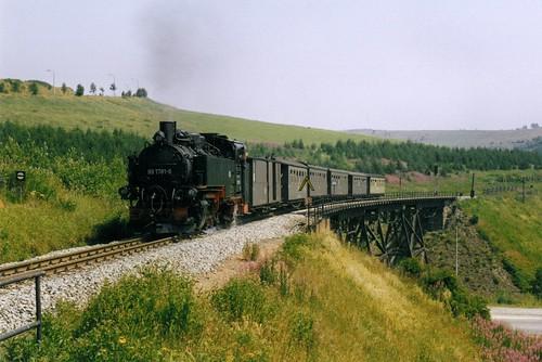 DR: Personenzug mit Dampflok 99 1781-6 auf dem Hüttenbachtal-Viadukt kurz vor dem Endbahnhof Kurort Oberwiesenthal